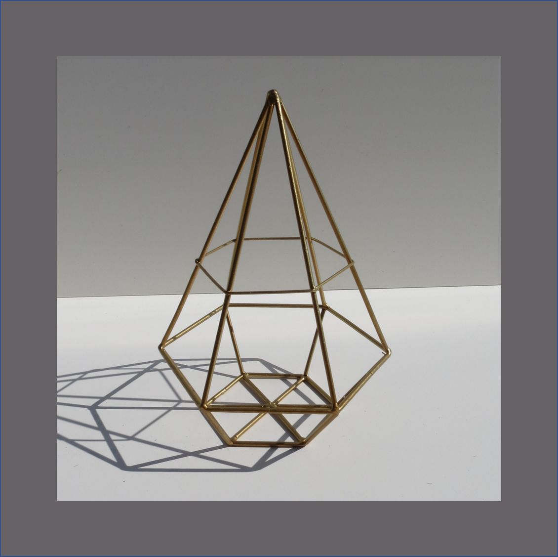gold-geometrical-candle-holder